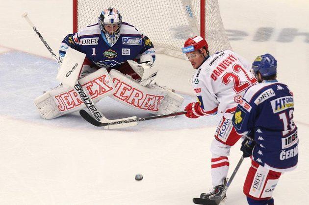 Vladimír Dravecký z Třince v gólové šanci před brankářem Brna Markem Čiliakem.
