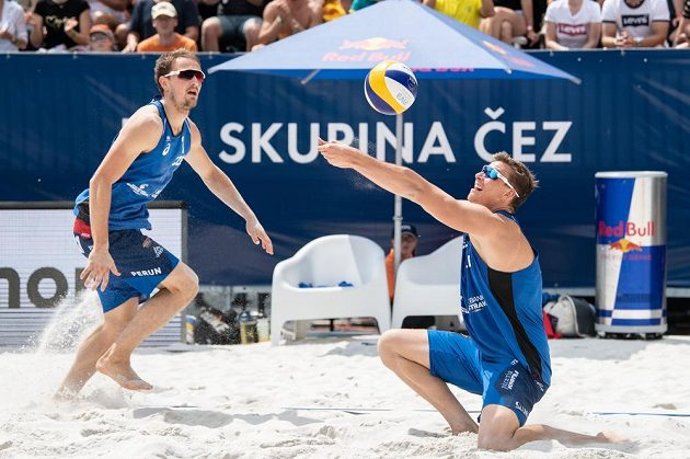 Čeští beachvolejbalisté Ondřej Perušič (vlevo) a David Schweiner během turnaje J&T Banka Ostrava Beach open 2019.