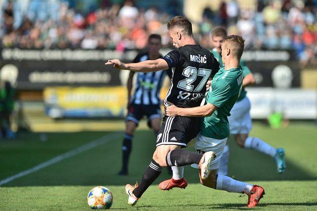 Zleva Matej Mršič z Českých Budějovic a Jan Matoušek z Jablonce v akci během utkání 4. kola fotbalové ligy.