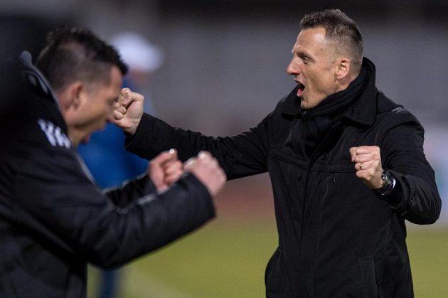 Trenér Dukly Praha Luboš Kozel oslavuje vítězství nad Liberecem.