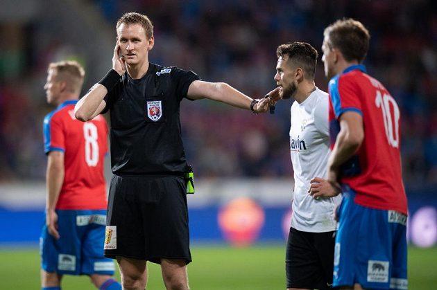 Rozhodčí Ondřej Berka během komunikace s videorozhodčím během utkání Plzně s Opavou.