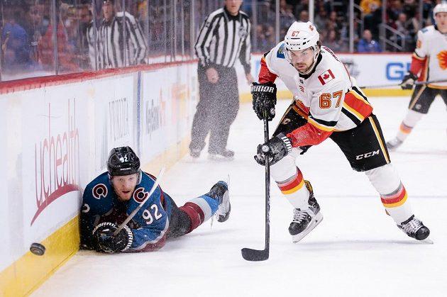 Útočník Calgary Flames Michael Frolík (67) spěchá za pukem v utkání NHL na ledě Colorada.