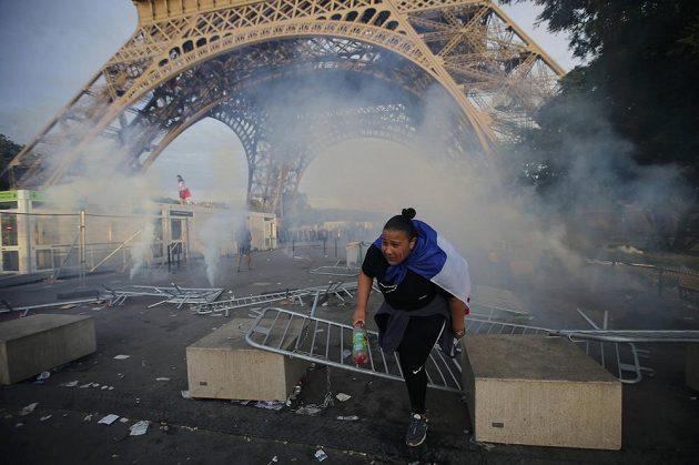 Slzný plyn pod Eiffelovou věží. Policie použila plyn proti výtržníkům, kteří chtěli proniknout do uzavřené fanzóny.