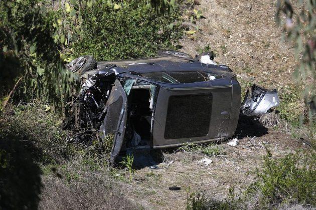 Vůz Tigera Woodse po ošklivé nehodě naháněl strach. Slavný golfista skončil v nemocnici s vážnými zraněními.