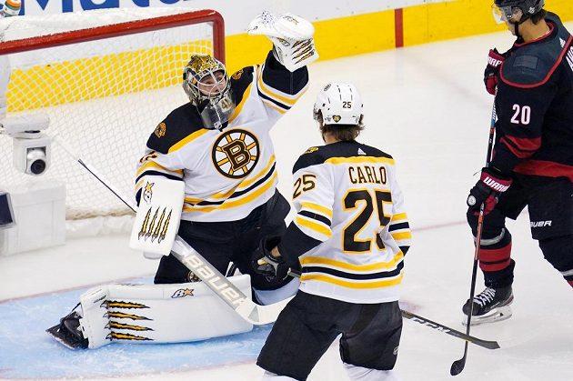 Brankář Bostonu Bruins Jaroslav Halák (41) chytá puk do lapačky během duelu s Carolinou Hurricanes.