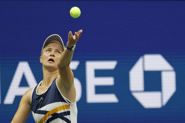 Tenistka Barbora Krejčíková podává během osmifinále US Open.