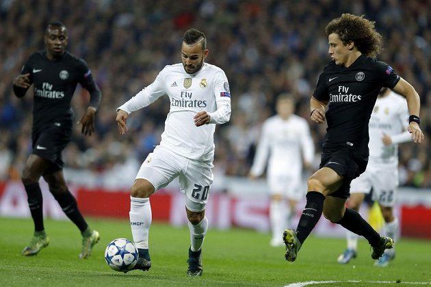 Jese Rodriguez (vlevo) z Realu Madrid v souboji s Davidem Luizem z PSG.