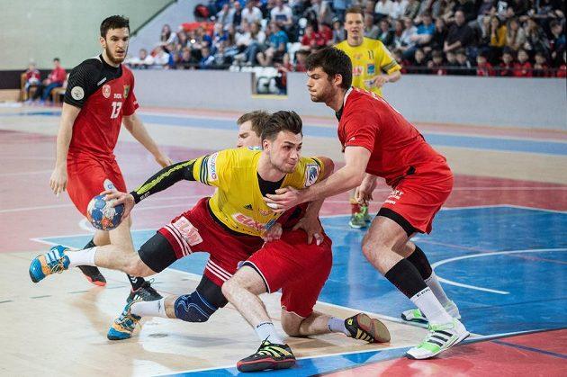 Vít Reichl z Dukly Praha (ve žlutém) a bránící Luka Groff z KV Sasja během odvety čtvrtfinále Vyzývacího poháru.