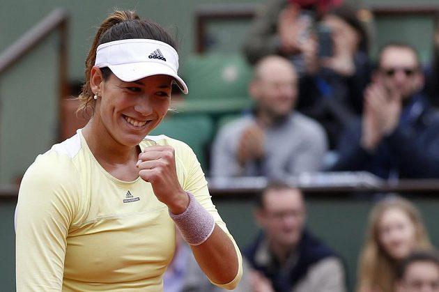 Španělka Garbině Muguruzaová s vítězným gestem v semifinále French Open.