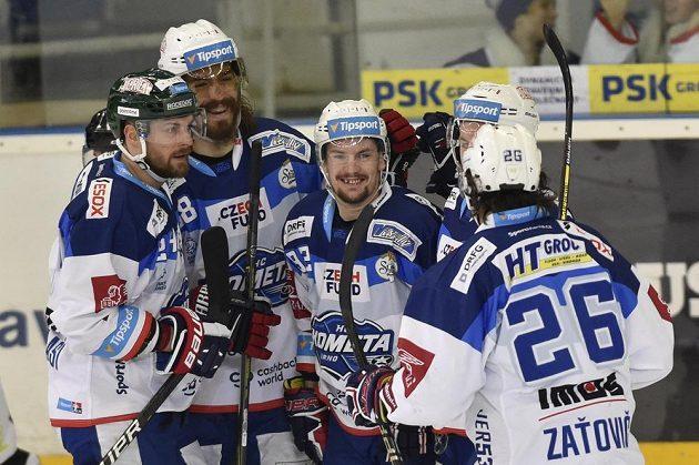 Hokejisté Brna se radují z třetího gólu proti karlovým Varům. Zleva Michal Gulaši, Peter Mueller, autor gólu Petr Holík, Jan Štencel a Martin Zaťovič.