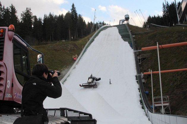 Můstek v Klingenthalu bude na víkendový start SP připraven.