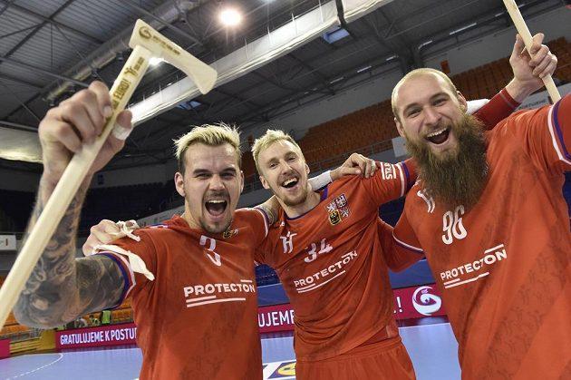 Česká reprezentace v házené se raduje z vítězství a postupu na ME 2022. Zleva Roman Bečvář, Dominik Solák a Václav Franc.