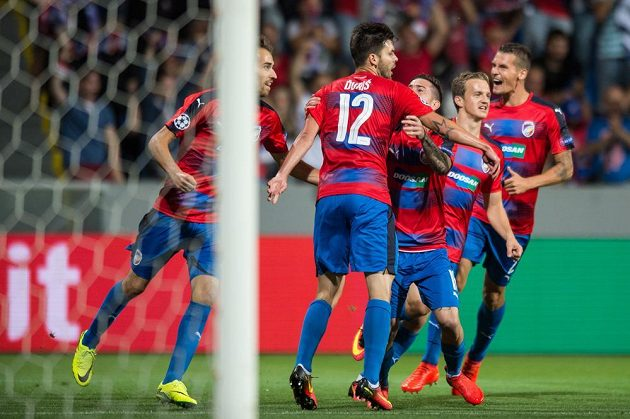 Fotbalisté Viktorie Plzeň oslavují vedoucí gól Michala Ďuriše v odvetě play off Ligy mistrů.