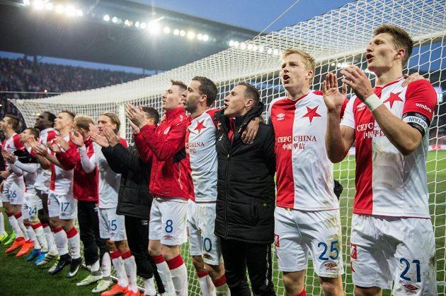 Fotbalisté Slavie děkují fanouškům po vítězství nad Plzní.