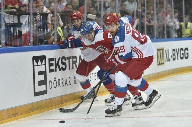 Český útočník David Pastrňák a Rus Nikita Nestěrov.
