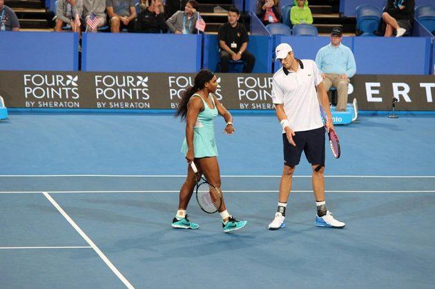 Američtí tenisté John Inser a Serena Williamsová během mixu Hopman Cupu
