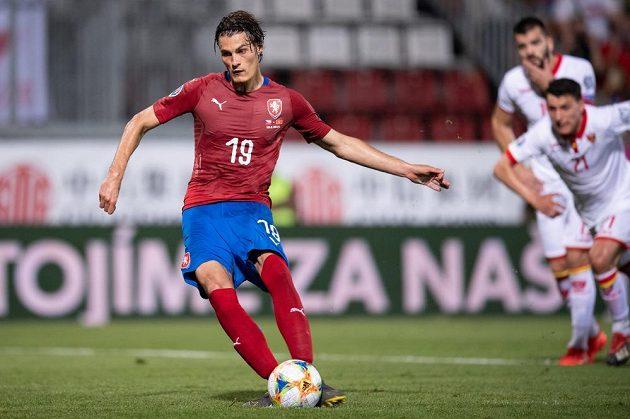 Český útočník Patrik Schick proměňuje nařízenou penaltu proti Černé Hoře.