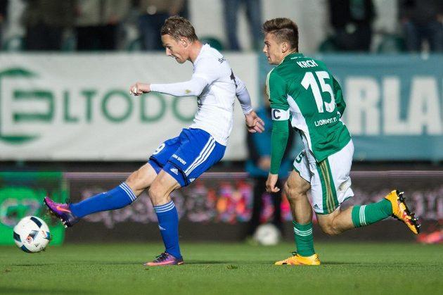 Jan Chramosta z Mladé Boleslavi střílí gól proti Bohemians.