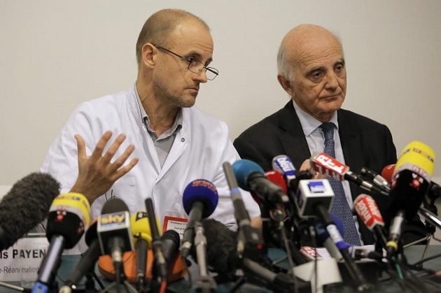 Profesoři Jean-Francois Payen (vlevo) a Gerard Saillant informují v pondělí novináře o stavu Michaela Schumachera.