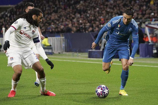 Hlavní hvězdu Juventusu Cristiana Ronalda (vpravo) střeží Jason Denayer z Lyonu.