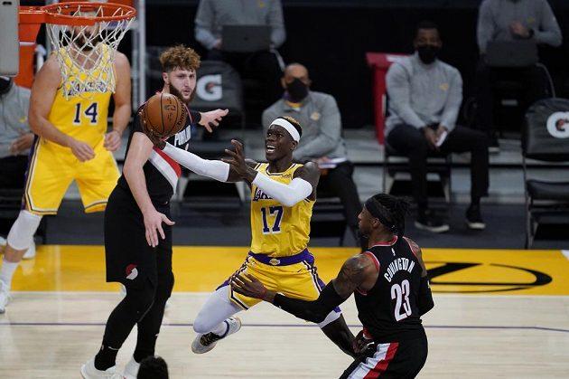 Basketbalista Los Angeles Lakers Dennis Schroeder (17) zakončuje akci během utkání NBA s Portlandem Trail Blazers.