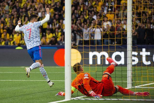 Cristiano Ronaldo z Manchesteru United oslavuje vedoucí gól proti Young Boys.