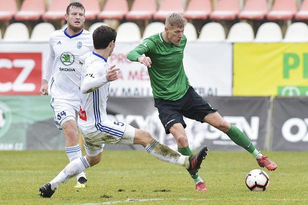 Zleva Antonín Křapka z Boleslavi, Alexej Tatajev z Boleslavi a Michal Škoda z Příbrami v gólové šanci, kterou však neproměnil.