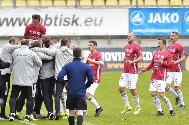 Fotbalisté Českých Budějovic se radují z gólu i s celým realizačním týmem.