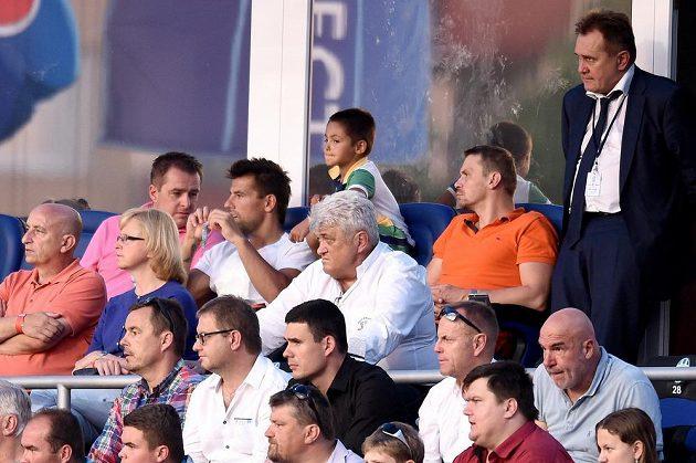 Letní posila Mladé Boleslavi Milan Baroš (nahoře druhý zleva) sleduje utkání 2. předkola Evropské ligy se Strömsgodsetem.