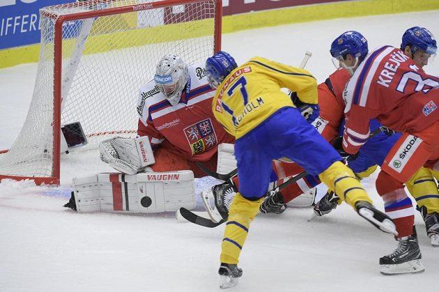 Závar před brankou Pavla Francouze v utkání Švédska s Českem na turnaji Karjala. Domácí nakonec vyhráli 5:3, když využili tři přesilovky.