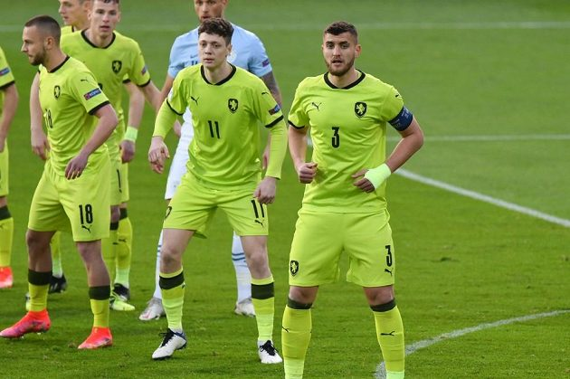 Čeští fotbalisté do 21 let v zápase proti Slovinsku na ME. Zleva Denis Granečný, Ladislav Krejčáí a Matěj Chaluš.
