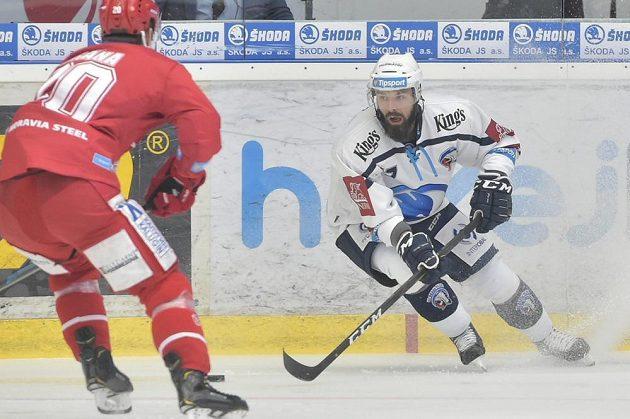Plzeňský útočník Milan Gulaš se snaží přejít přes Petra Vránu z Třince.