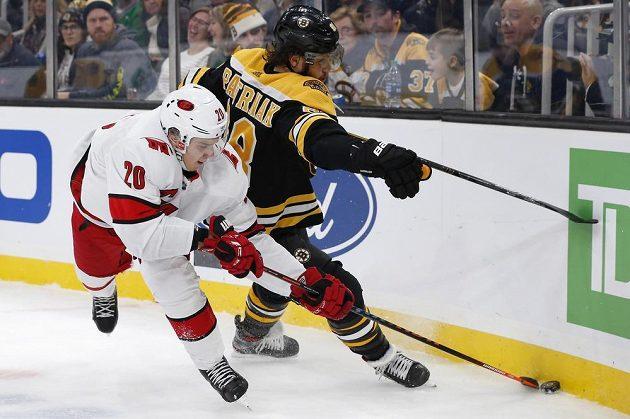 Hvězda Caroliny Hurricanes Sebastian Aho (20) a nejlepší český hokejista v zámoří - David Pastrňák z týmu Boston Bruins během utkání NHL.