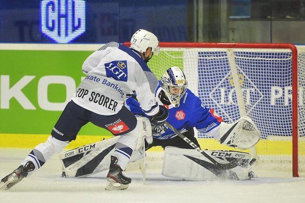 Milan Gulaš z Plzně rozhodujícím nájezdem překonává Lucu Hollensteina v brance Zugu.
