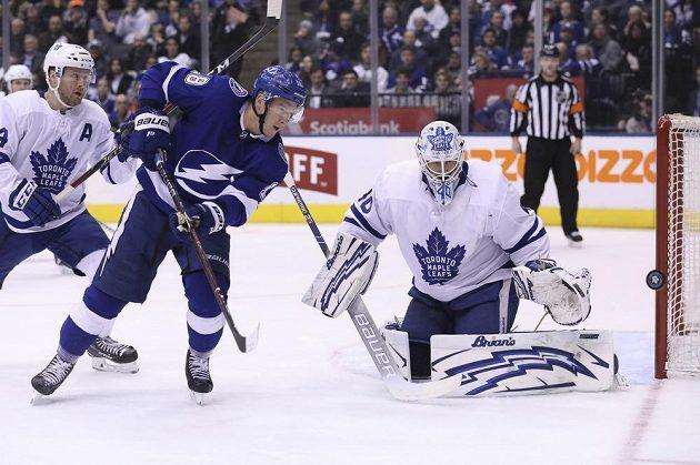 Český útočník Tampy Bay Lightning Ondřej Palát před brankářem Toronta v utkání NHL.