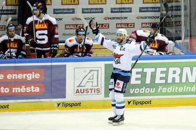 Michal Vondrka z Chomutova se raduje z gólu.