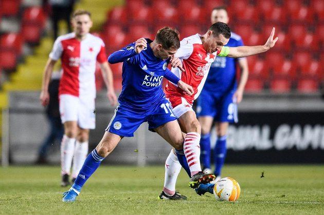 Marc Albrighton z Leicesteru a Jan Bořil ze Slavie během utkání vyřazovací části Evropské Ligy.
