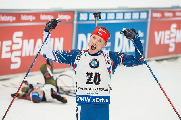 Ondřej Moravec v cíli během závodu s hromadným startem na 15 km mužů v rámci Světového poháru v biatlonu ve Vysočina Areně v Novém Městě na Moravě.