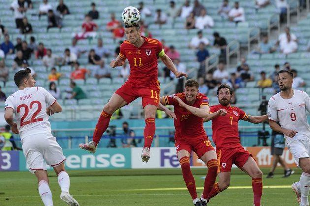 Gareth Bale v akci v zápase Walesu proti Švýcarsku.