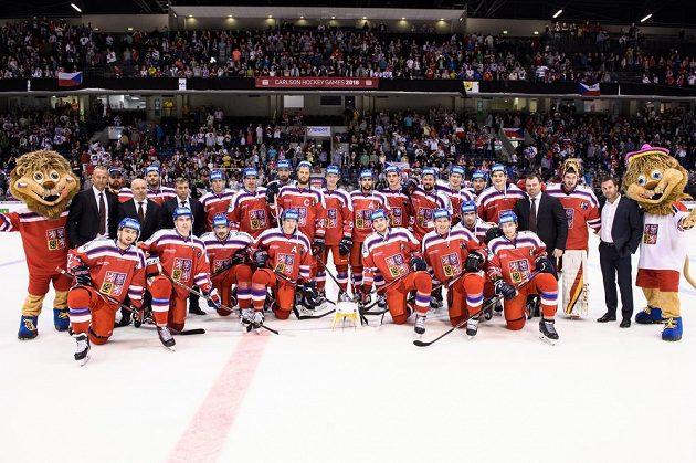 Český hokejový tým s trofejí za vítězství v turnaji Carlson Hockey Games.