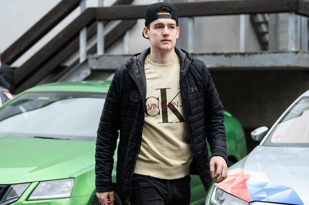 Michal Kovařčík přichází na sraz hokejové reprezentace před turnajem Beijer Hockey Games.