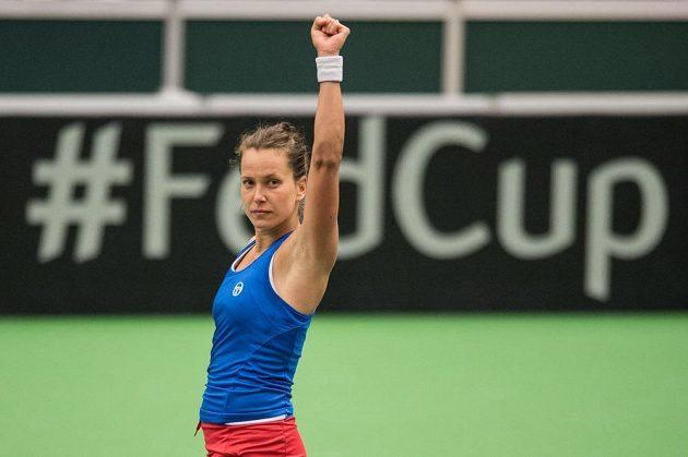 Barbora Strýcová oslavuje vítězství nad Larou Arruaberrenovou ze Španělska v 1. kole Fed Cupu.