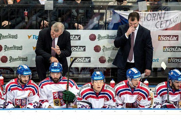 Kouč Vladimír Vůjtek (vlevo) udílí pokyny hráčům během zápasu s Finskem. Vpravo je asistent trenéra Jaroslav Špaček.