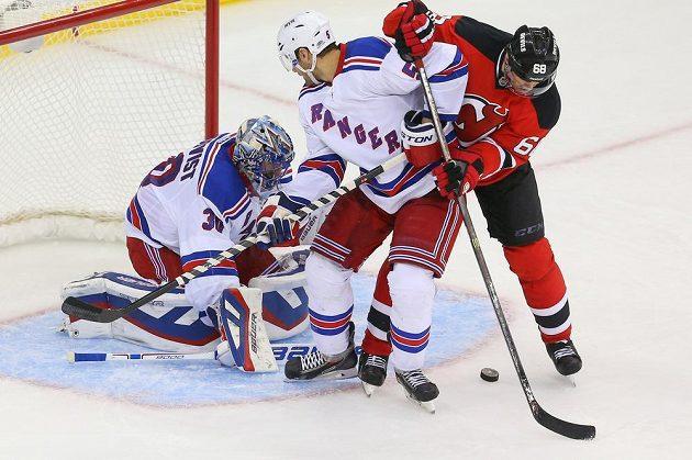 Obránce New Yorku Rangers Dan Girardi (5) a brankář Henrik Lundqvist (30) v souboji před brankou s Jaromírem Jágrem.