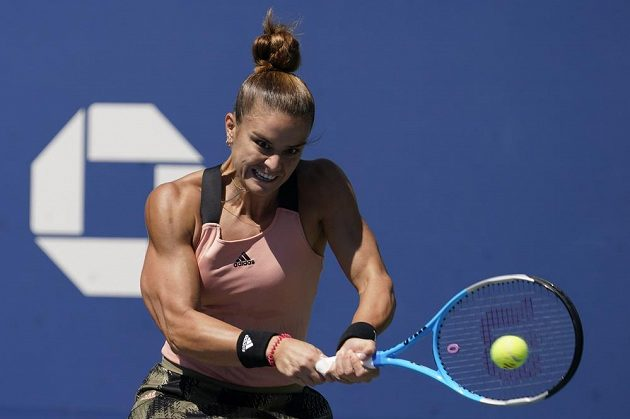 Řecká tenistka Maria Sakkariová vrací míč v utkání 2. kola US Open proti Kateřině Siniakové.