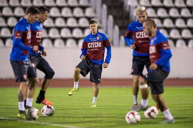 Obránce Lukáš Bartošák (vzadu) na tréninku české fotbalové reprezentace před přípravnými zápasy se Srbskem a Polskem.