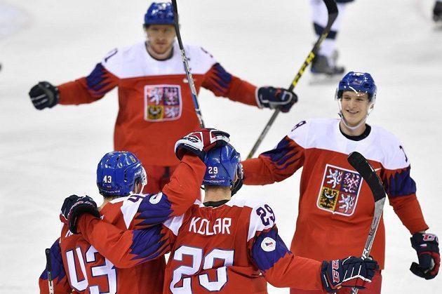 Čeští hokejisté se radují ze vstřeleného gólu. Zleva Jan Kovář, autor branky Jan Kolář, Martin Erat a Dominik Kubalík.