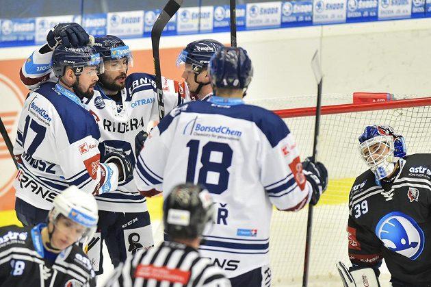 Hokejisté Vítkovic se radují z gólu na ledě Plzně.