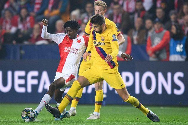 Peter Olayinka ze Slavie a Gerard Piqué z Barcelony během utkání základní skupiny Ligy mistrů.