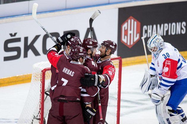 Hokejisté Sparty Praha oslavují gól na 1:0 během utkání play off Ligy mistrů proti Curychu.